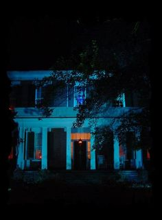 Magnolia Manor in Bolivar, Tennessee, ranks as one of the most active haunted homes in the state. As an active B&B you can stay there yourself and find out. Real Haunted Houses, Creepy Houses, Haunted Hotel, Most Haunted, Spooky Places, Haunted Places, Abandoned Places, Haunted America, Freaky Deaky