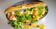 Cette recette d'inspiration mexicaine vous fera voir les hot-dogs différemment. Garni d'avocat et de chips de maïs, ce hot-dog est d'enfer! Terminé l'ennuyant ketchup, relish, moutarde! Hot Dogs, Hot Dog Buns, Guacamole, Ketchup, Chips, Salmon Burgers, Coco, Bbq, Sandwiches