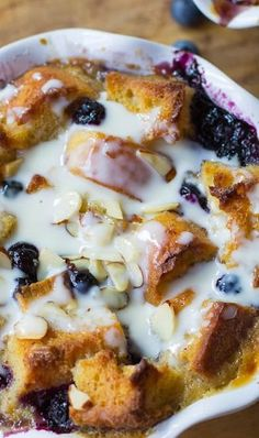 Blueberry White Chocolate Bread Pudding Recipe ~ An ultra rich and decadent bread pudding with fresh and dried blueberries, white chocolate, almonds and a delicious Amaretto Cream Sauce. Köstliche Desserts, Delicious Desserts, Dessert Recipes, Yummy Food, White Chocolate Bread Pudding, Chocolate Cream, Blueberry Bread Pudding, Banana Bread, Blueberry Chocolate