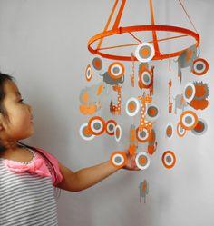 Mobile in orange und grau mit Afrika Tiere Motiven Planet Mobile, Orange Gris, Diy Bebe, Baby Mobile, Instructions, Nursery Ideas, Paper Flowers, Homemade Baby Mobiles, Beautiful Babies