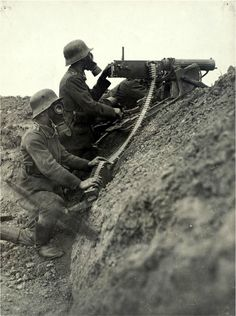 German MG08 crew in a trench