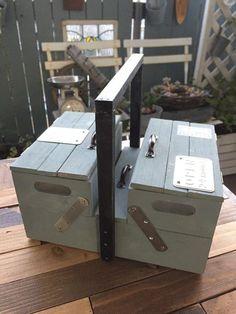 ダイソーの木箱を組み合わせたものを土台に、すのこ端材や工作棒などを使って 超簡単ツールボックスを作ってみました(*^-^*) 工具類はもちろん、文具類、資材入れ、裁縫箱として、色んな場面で活躍してくれそうです♪