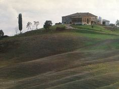 https://flic.kr/p/mwfGNQ   Luigi Speranza -- Italia -- A Tuscan farmhouse perches above the characteristic 'crete senese'.   Luigi Speranza -- Italia