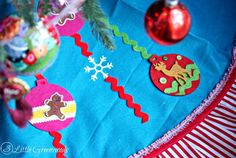 Best Diy Crafts Ideas Create your own Semi-Homemade Christmas Tree Skirt using premade supplies from the craft store! It's an easy DIY Christmas Project! Outdoor Christmas Wreaths, Christmas Deco, Christmas Projects, Christmas Holidays, Geek Crafts, Decor Crafts, Diy Crafts, Homemade Christmas Tree, Semi Homemade