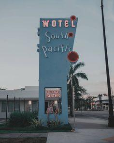 """54.3 mil Me gusta, 270 comentarios - Giovanna Bravar (@gio_bravar) en Instagram: """"¿Alguien recuerda este motel de nuestro libro #theotherside? 🐰💜 👇"""" Tumblr, Around The Corner, Bff, Miami, Neon Signs, Beach, Youtubers, Travel, Instagram"""