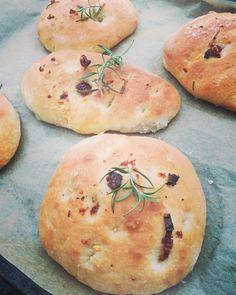 Focaccia brød kommer i mange former og smaker og du kan jo bruke brødene til det meste. Idag prøvde jeg meg på å lage de litt mindre og litt fastere i deigen. Serverte de til kyllingsuppe og alle b… Hamburger, Bread, Baking, Food, Av, Drink, You're Welcome, Meal, Patisserie