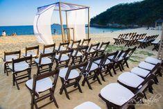 Montaje con sillas avant garde color chocolate y gazebo de bambú, ideal para tu boda en playa. Bodas Huatulco
