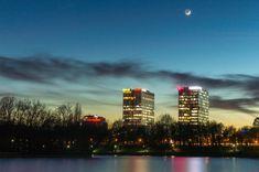 București Foto: Adrian Botescu  #21milioane #romani #bucuresti #peisaj #natura #lac #parc #blocuri #lumini Seattle Skyline, New York Skyline, Travel, Park, Viajes, Destinations, Traveling, Trips