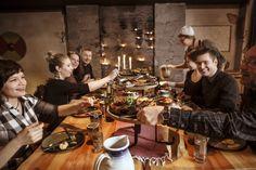 Kuninkaan kestit sisältävät:  Lähes 40 herkullista makua alku-, pää- ja jälkiruokana  Ruuat näyttävästi aseteltuina viikinkien taistelukilpien päälle  Menujen ja makujen esittelyn  Ryhmällenne sopivan tunnelmallisen tilaratkaisun  Halutessanne ryhmälle viikinkikypärät  Lisämaksusta viikinkikaste rohkeimmille Table Settings, Place Settings, Tablescapes