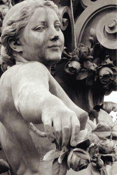 Wow Very Expressive Cemetery Statues, Cemetery Art, Angel Statues, Angel Sculpture, Art Sculpture, Stone Sculpture, Ancient Greek Sculpture, Greek Statues, Arte Do Sistema Solar