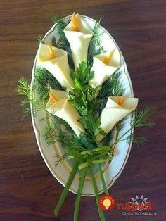 calla lilies from white cheese slices & carrot strips, scallion stems. Party foo… calla lilies from white cheese slices & carrot strips, scallion stems. First holy communion - Everything About Appetizers Vegetable Tart, Vegetable Carving, Cute Food, Good Food, Veggie Quinoa Bowl, Food Garnishes, Garnishing, Food Carving, Food Decoration