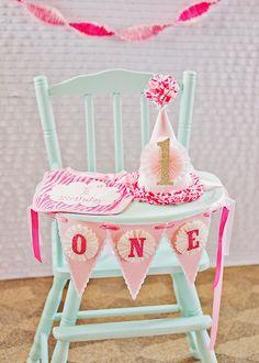 No te olvides de decorar la trona de tu bebe el día de su  primer cumpleaños! #fiestas #fiesta #cumpleaños #bebes