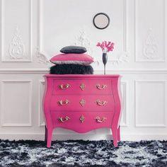 Toujours les mêmes tons de couleurs. Magnifique commode aux styles classiques.