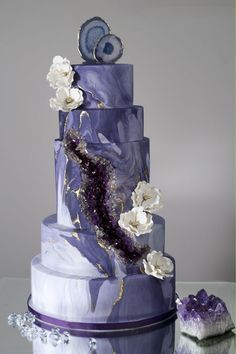 ultra violet wedding cake geode marble pantone color of the year 2018 - on the Marrygrams Blog