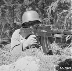 Finnish soldier with Lahti-Saloranta M/26 light machine gun. Kananoja, August 1941.
