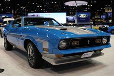 フォードは、現在開催中のシカゴ・オートショーにおいて、同社の素晴らしい名車の中から1台を公開している。「マスタング」の高性能モデルである1971年型「Mach 1(マッハ・ワンあるいはマック・ワン)」が、ブース最前方の中央に展示されているのだ。グラバー・ブルーとグレーで塗り分けられたこの象徴的なポニー・カ