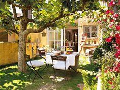 Keltainen talo rannalla: Kolme kaunista kotia