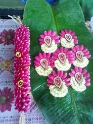 south indian wedding malai latest - Google Search Indian Bridal Hairstyles, Bride Hairstyles, Bridal Decorations, Flower Decorations, Wedding Plates, Flower Garlands, Flower Designs, Beauty Skin, Hair Beauty