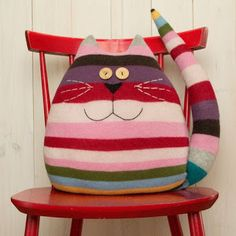 Examples of Decorative Pillow Models 18 - Patchwork - Cool Decorative Pillows Sewing Pillows, Diy Pillows, Cushions, Cat Crafts, Kids Crafts, Diy And Crafts, Sewing Toys, Sewing Crafts, Sewing Projects