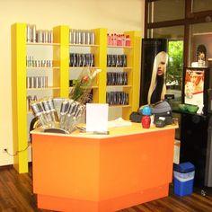 #Friseur Salon, #Empfangstheke orange lackiert, #Regal in gelber #Dekorplatte