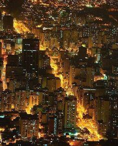 Caracas de noche cortesía de @torografic  #LaCuadraU #GaleriaLCU #VenezuelaBella #CaracasModerna #IconosDeCaracas #IgersVenezuela #igerscaracas #VenezuelaHermosa #CaracasHermosa #CaracasUnica #Caracas #Venezuela #Arquitectura #ArquitecturaCaracas