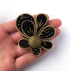 Materiales: cremallera, fieltro, metal, botón, Toho abalorios, hilos metálicos.  Colores: negro, oro, edad de oro.  Tamaño: 6,5 cm / 5 cm.    Enviar mi joyería en una caja de regalo.    Me gustaría le invitamos también a visitar mi blog---> http://pinki-ak.blogspot.com/    Gracias por visitar mi tienda.    Aneta
