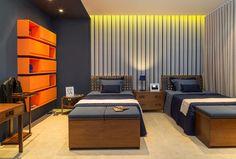 Quer saber como fazer um quarto bacana? Veja 14 inspirações! Quarto com decoração contemporânea e masculina em 19 m². Estante com nichos laranja e papel de laranja listrado são ótimas ideias. Veja +
