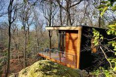 A 300 sq ft monolocale rifugio nei boschi progettati per la contemplazione silenziosa.  | Www.facebook.com/SmallHouseBliss