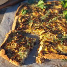Cibulový koláč s pórkem a cheddarem - Globus Globus Tempeh, Vegetable Pizza, Quinoa, Smoothie, Vegetables, Food, Globe, Essen, Smoothies