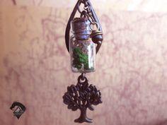 Mini botella con árbol. Colgante de fantasía. Árbol bronce, greenpunk. Flores secas. de LOKAMIS en Etsy