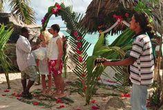 Et pourquoi pas se marier sur une île...?  Le rêve d'un mariage sur une île, c'est possible. Eva Collin a plein d'idées sur le sujet et notamment l'une des plages les plus belles du monde aux Seychelles.   Toutes les formalités sont prises en charge, le décor est magnifique et le plus beau c'est que le voyage de noces peut commencer tout de suite !