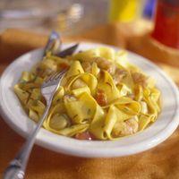 Découvrez la recette Tagliatelles aux crevettes sur cuisineactuelle.fr.