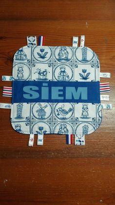 Labeldoekje Siem van oud hollandse stof ~ letters van blauwe flexfolie ~ handmadebydianez