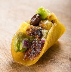 Pork Taco with Black Bean Salsa. Bite sized pulled pork taco with black bean salsa and grilled pineapple Mexican Appetizers, Mexican Food Recipes, Party Appetizers, Nova Dieta Dukan, Tapas, Black Bean Salsa, Black Beans, Pulled Pork Tacos, Gluten Free Puff Pastry