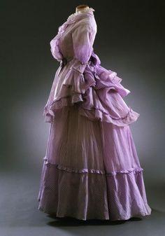 Summer dress, From the Musée du Costume et de la Dentelle via BrusselsLife Vintage Outfits, Vintage Gowns, Vintage Mode, Vintage Hats, Victorian Gown, Victorian Fashion, Vintage Fashion, Antique Clothing, Historical Clothing