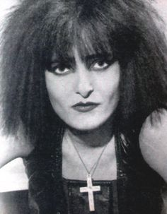 Siouxsie S ❤ Siouxsie Sioux, Siouxsie & The Banshees, Types Of Portrait, New Wave Music, Gothic Culture, Ice Queen, Dark Queen, Riot Grrrl, Club Kids