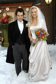 Friends' Phoebe Buffay In Friends' tenth season, Phoebe Buffay (Lisa Kudrow) wed Mike Hannigan (Paul Rudd) outside Central Perk, with Monica as maid of honor, Rachel as a bridesmaid, Joey officiating. For her 2004 winter nuptials. Friends Tv Show, Phoebe Friends, Tv: Friends, Serie Friends, Friends Moments, I Love My Friends, Friends Forever, Friends Cast, Friends Episodes