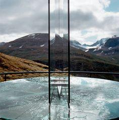 Les plus beaux points de vue en Norvège Sur la route 55, dite le toit de la Norvège, à Nedre Oscarshaug, le même Carl-Viggo Hølmebakk a posé une étrange table d'orientation en verre, axée ici sur le sommet Sydlige Dyrhaugstind (2 072 m).