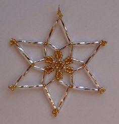 7c05a390e Hvězdičky z korálků · Another star pattern to use on ornament covers that  would be quick to make Vánoční Výzdoba