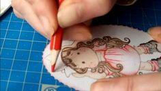 Colorisation des vêtements de Tilda aux crayons de couleur aquarellable et à l'aquabrush