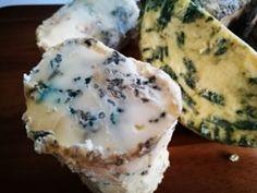Domácí výroba sýra s modrou nebo zelenou plísní v těstě.