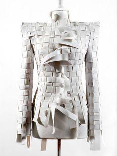 """Martin Margiela también utiliza los conceptos de construcción en sus diseños, podemos encontrar una clara relación entre su colección """"Artes..."""