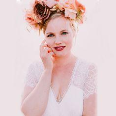 Ein neckisches kurzärmliges Chiffon-Kleid mit Spitzenabschluss. Der V-Ausschnitt und ein Rücken mit symmetrischer Spitze heben die sinnliche Weiblichkeit hervor. Eine zusätzliche Schicht in der Taille und auf dem Rücken Überdecken das eine oder andere kleine Pölsterchen! Curvy Bride, Mens Suits, Outfit, Princess Zelda, Crown, Fashion, Classic Wedding Dress, Chiffon Gown, Evening Dresses