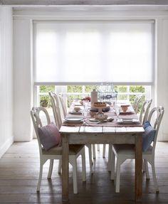 Speelse accenten en bijzondere details in combinatie met bijzondere stoffen, zoals kant en linnen. Een huis om in weg te dromen in een romantische stijl!