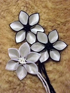 Erilaiset heijastimet sopivat hyvin myyjäisiin. Handmade Flowers, Diy Flowers, Hobbies And Crafts, Diy And Crafts, Ribbon Flower Tutorial, Kanzashi Flowers, Diy Projects To Try, Creative Crafts, Little Gifts