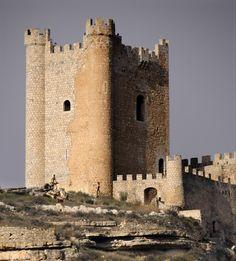 Castillo de Alcalá del Júcar (Alcalá del Júcar - Albacete): tiene su origen en las fortificaciones erigidas por los almohades a finales del siglo XII, cuando esta zona del Júcar se estableció como frontera entre Castilla y el Imperio Almohade.