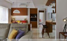 全案主要以清爽的白色與木質感構成空間的休閒調性,配合局部留白與跳色手法,營造輕盈又豐富的視覺美感。
