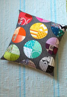 a little gray: Scrappy Circles Pillow. She used Jen's pattern found in the Winter 2013 Modern Patchwork issue. a little gray: Scrappy Circles Pillow. She used Jen's pattern found in the Winter 2013 Modern Patchwork issue. Patchwork Cushion, Patchwork Quilting, Quilted Pillow, Quilting Projects, Quilting Designs, Sewing Projects, Circle Quilts, Quilt Blocks, Circle Quilt Patterns