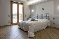 Vimar residenza privata a Pistoia. Camera con la serie civile Eikon, la domotica By-me, luci cortesia da pavimento.  Scopri http://www.vimar.com/it/it/residenza-privata-pistoia-12644172.html