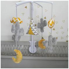 Mobile musical cactus et tipi géométrique jaune et gris